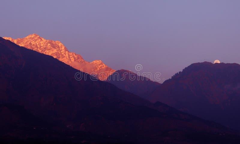 La neige de l'Himalaya à distance fait une pointe l'Inde images stock