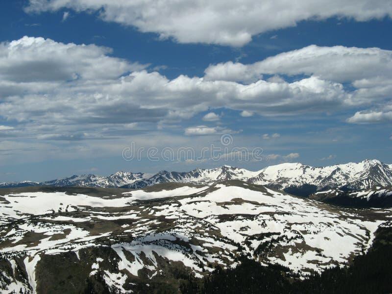 La neige de observation de femme a couvert des montagnes image stock