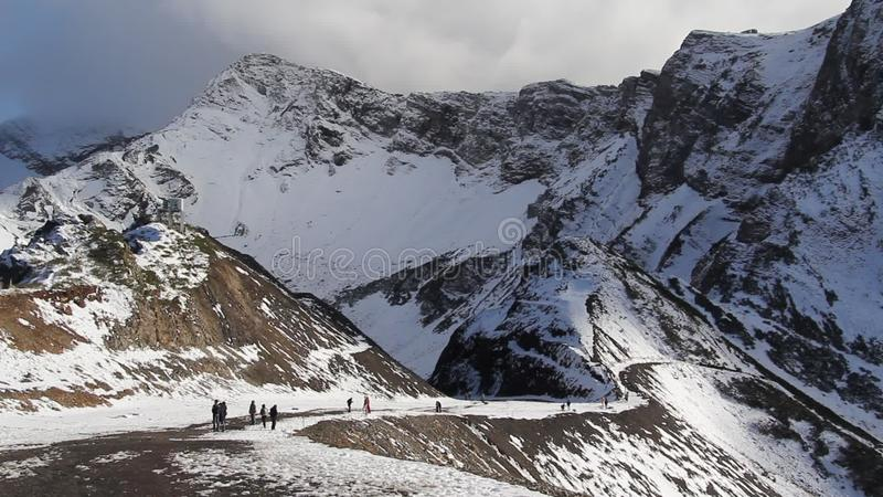La neige de observation de femme a couvert des montagnes banque de vidéos