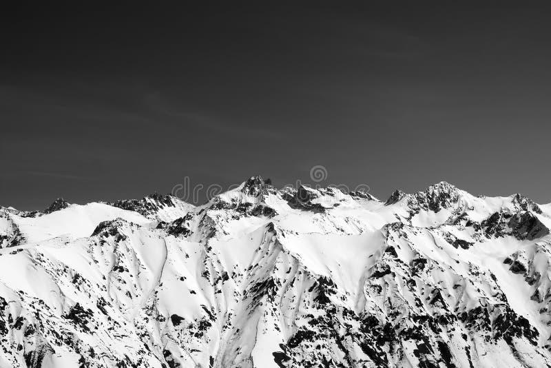 La neige noire et blanche a couvert des montagnes photos libres de droits