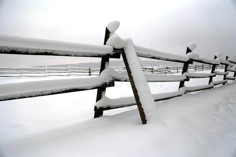 La neige a rempli horaire d'hiver de corral de cheval sans chevaux Département peu profond image libre de droits
