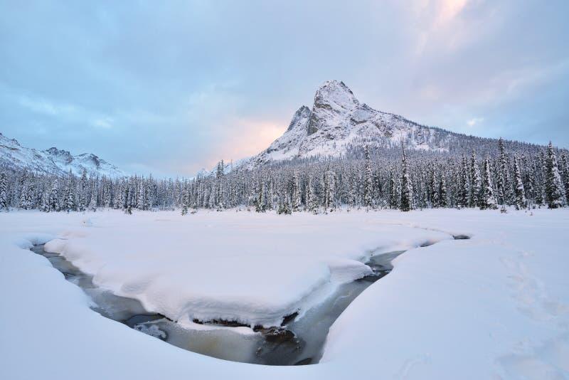 La neige tôt d'hiver a couvert Liberty Bell Mountain image stock