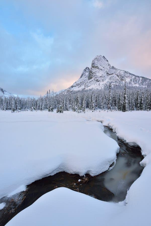 La neige tôt d'hiver a couvert Liberty Bell Mountain photographie stock libre de droits