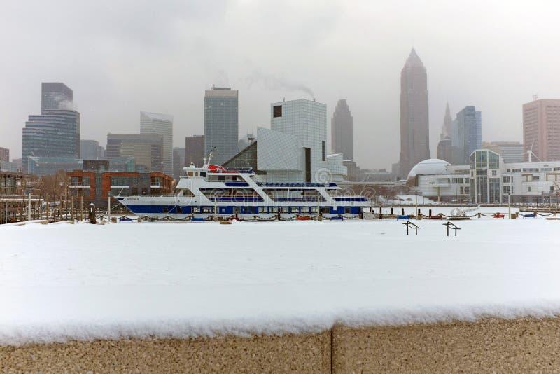 La neige vole à travers l'horizon de Cleveland Ohio pendant une tempête de janvier photographie stock libre de droits