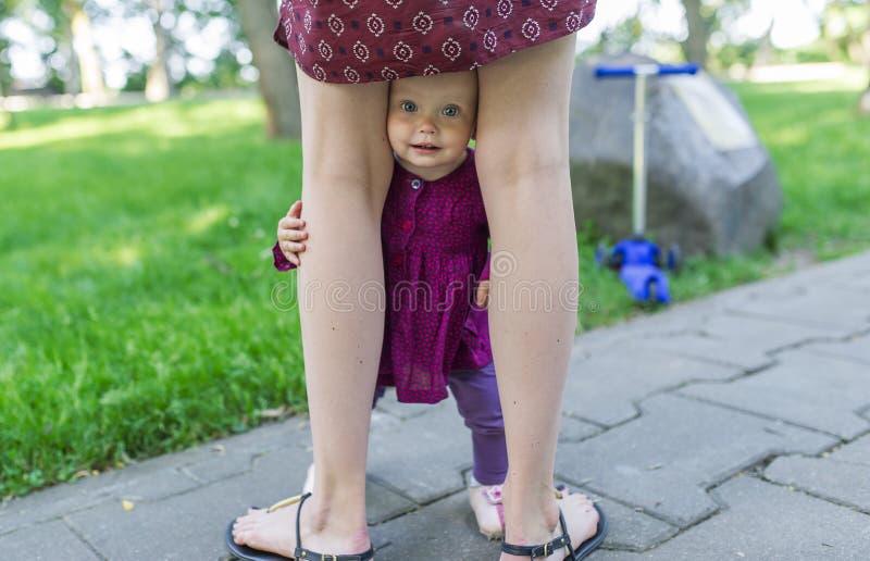 La neonata è fra le gambe della madre immagine stock libera da diritti