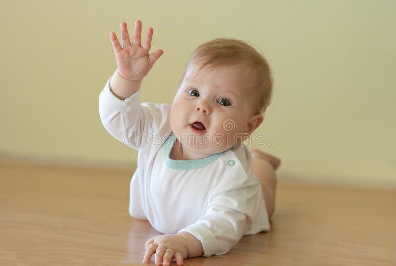 La neonata dà l'onda fotografie stock