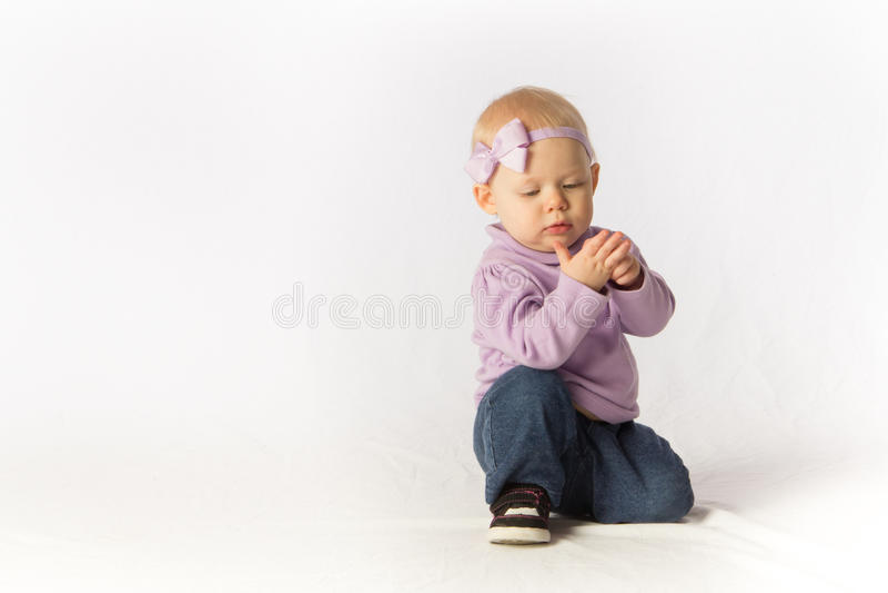 Download La Neonata Ispeziona La Sua Mano Fotografia Stock - Immagine di jeans, ragazza: 30828112