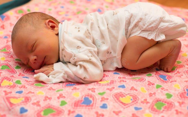 Il bambino neonato dorme sul letto fotografia stock for Concetto di piani per la casa