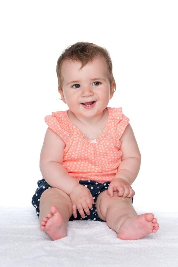 La neonata si siede sul bianco fotografia stock
