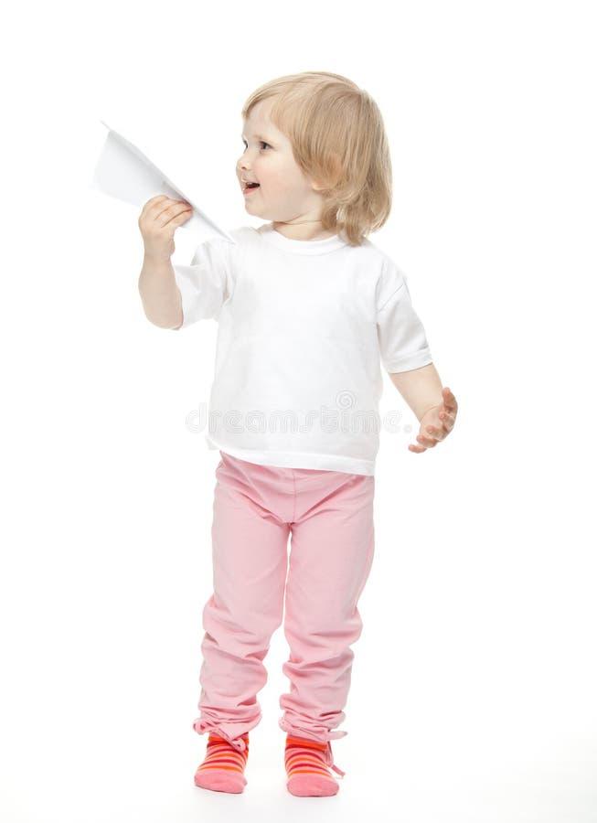 La neonata sta pilotando un aereo di carta fotografia stock libera da diritti
