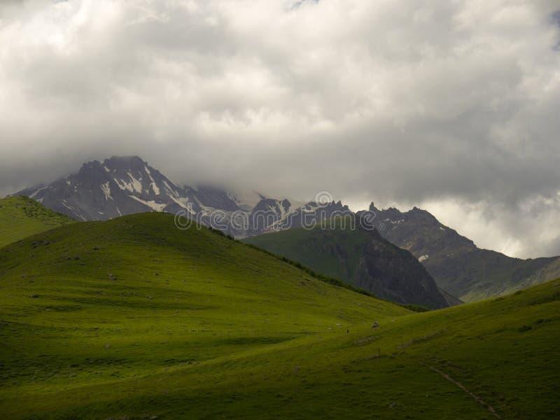 La neve alza Caucaso verticalmente immagine stock libera da diritti