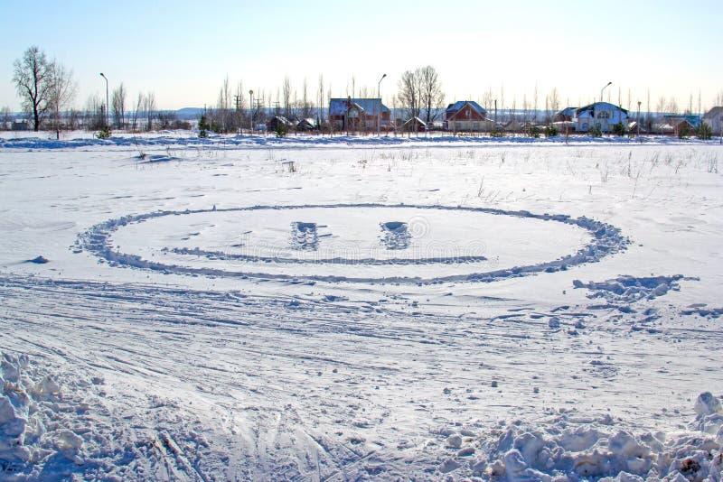 La neve bianca con annega il sorriso immagini stock
