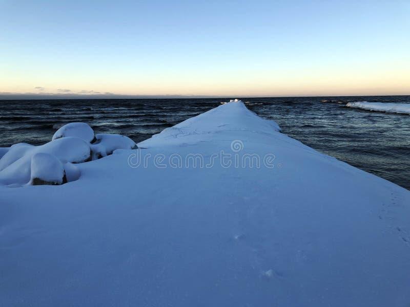 La neve blu copre il pilastro del mare fotografia stock