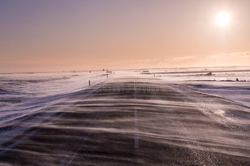 La neve di azionamento entra attraverso la strada, quasi oscurante lo durante i venti pesanti in Islanda del sud fotografia stock libera da diritti