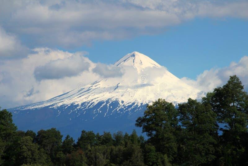 La neve ha ricoperto il picco di Volcano Llaima, parco nazionale di Conguillio, Cile fotografia stock