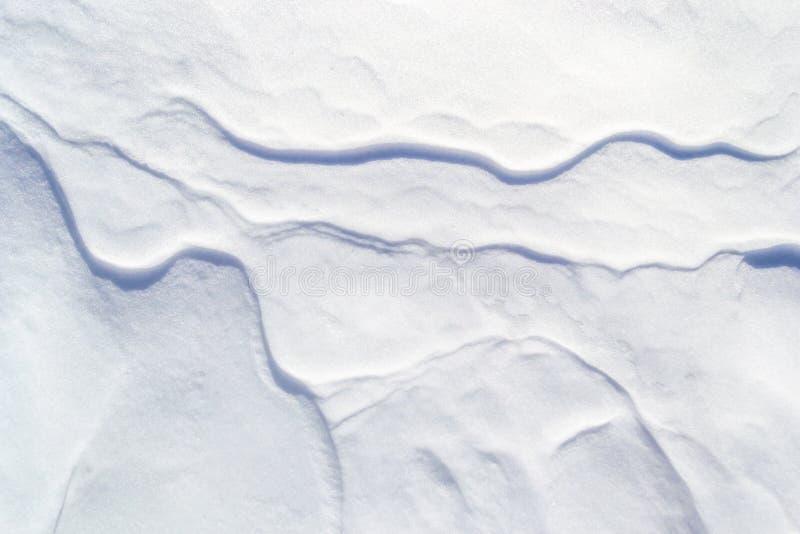 La neve ha strutturato il fondo con le mini creste/creste sottili che attraversano come le vene Contesto semplice, minimalista, a immagini stock