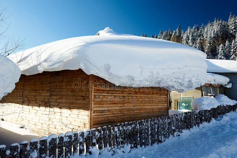 La neve spessa bianca pura sulla casa fotografie stock