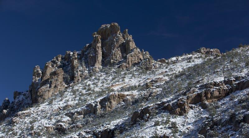 La neve spolvera il picco di Catalina Mountain sul Mt Lemmon immagine stock