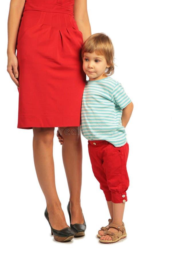La niña abraza una rodilla de la mujer imagen de archivo libre de regalías
