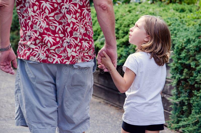 La niña activa pregunta por qué foto de archivo