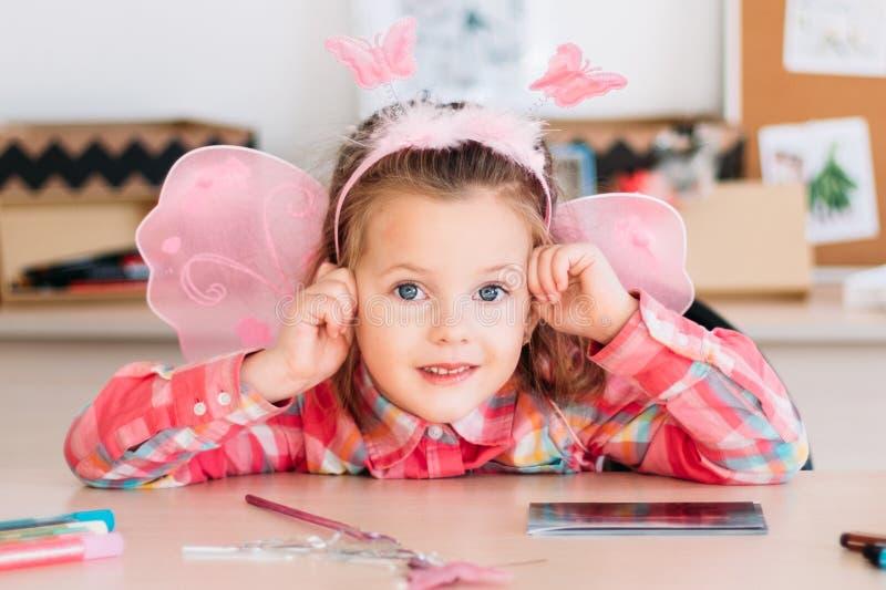 La niña adorable consigue resto después de la lección del arte imagen de archivo