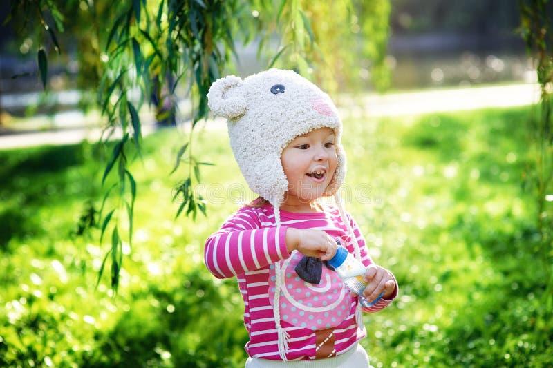 La niña camina en el parque fotos de archivo