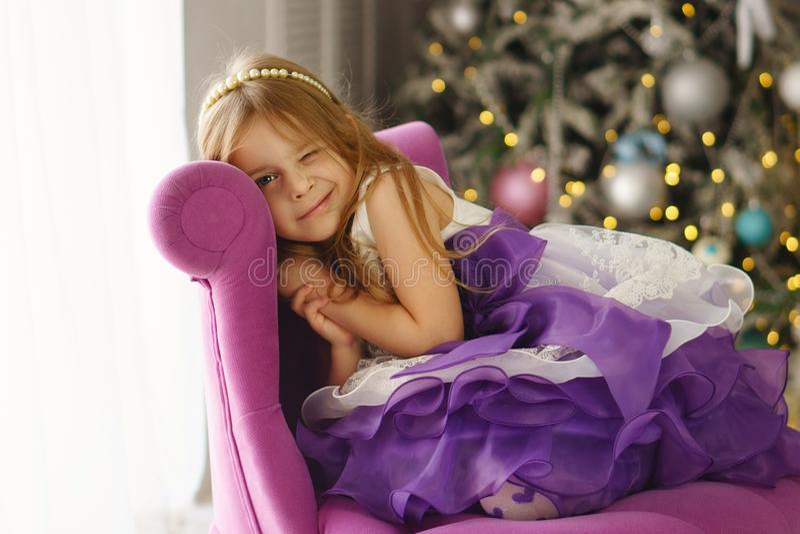 La niña celebra la Navidad en casa imágenes de archivo libres de regalías
