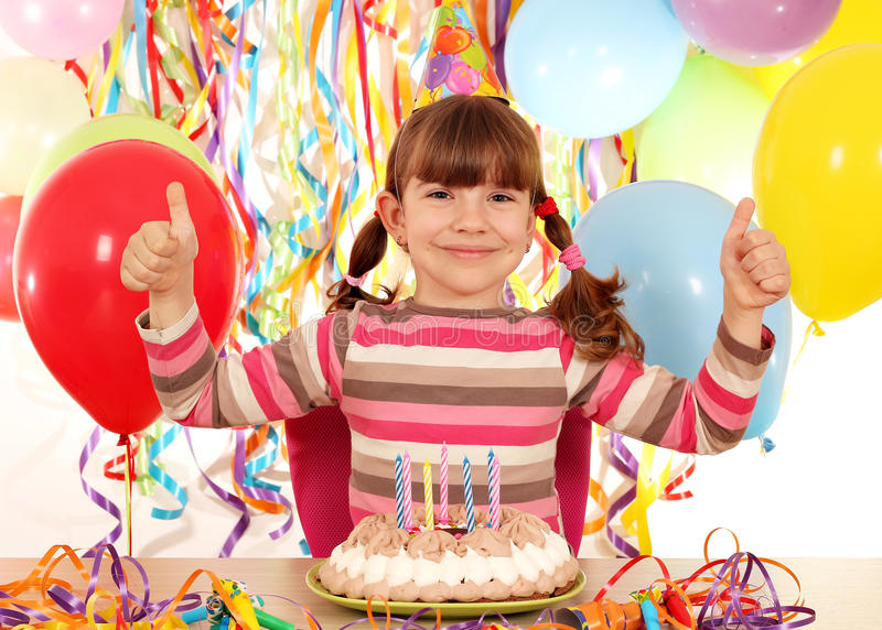 La niña con los pulgares sube la fiesta de cumpleaños imagenes de archivo