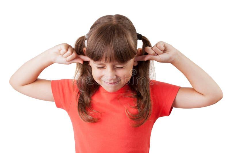 La niña cubrió sus oídos imagenes de archivo