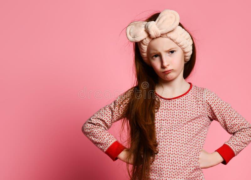 La niña descontenta en pijamas despertó y enojado para usted fotografía de archivo libre de regalías