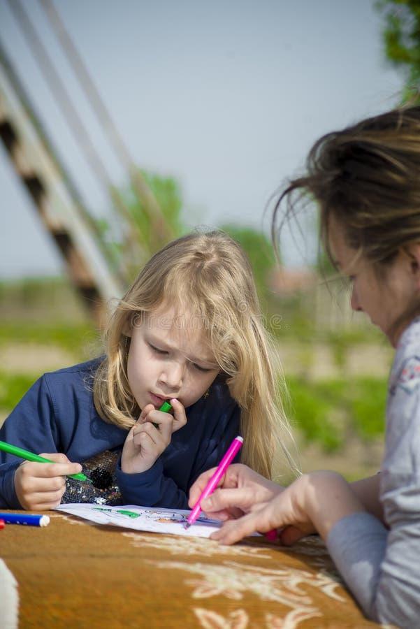 La niña dibuja en naturaleza foto de archivo libre de regalías