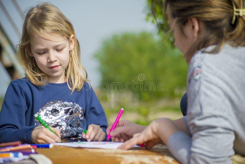 La niña dibuja en naturaleza imagen de archivo libre de regalías