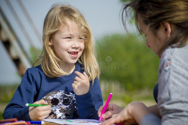 La niña dibuja en naturaleza imagen de archivo