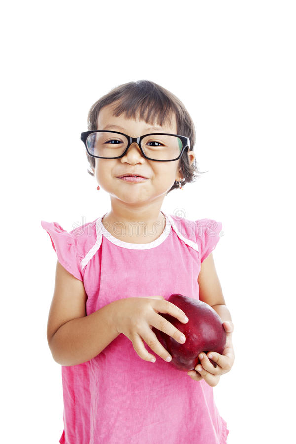 La niña dulce sostiene la manzana fotos de archivo