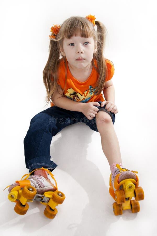 La niña en pcteres de ruedas foto de archivo