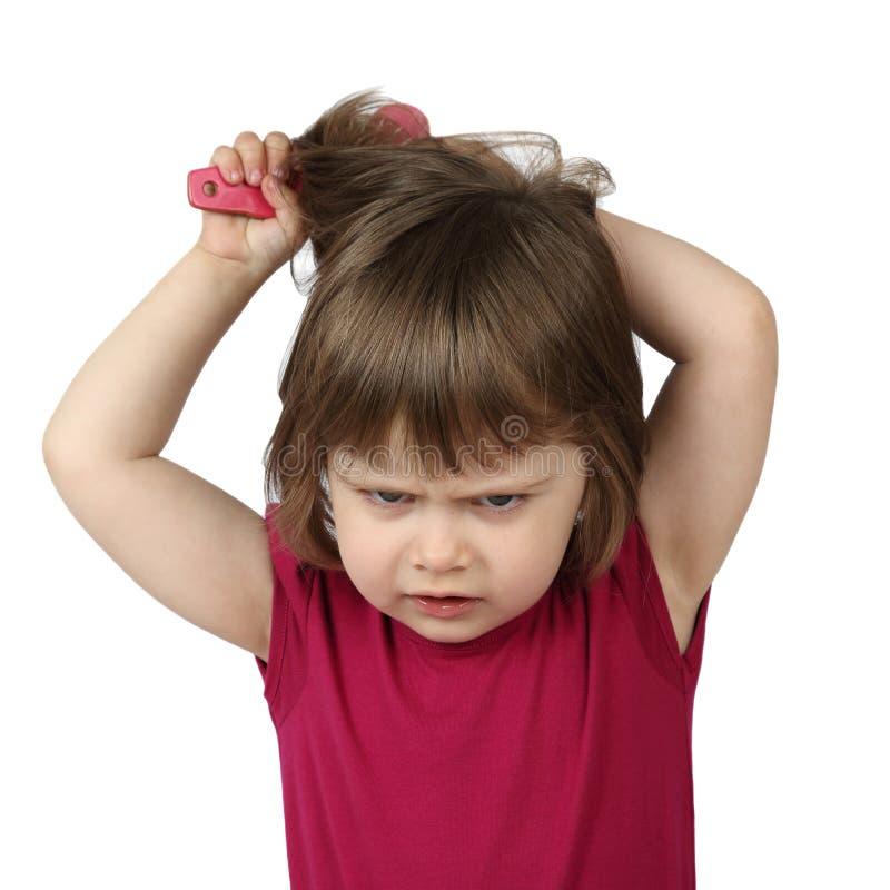 la niña enojada se peina el pelo foto de archivo - imagen: 78667444