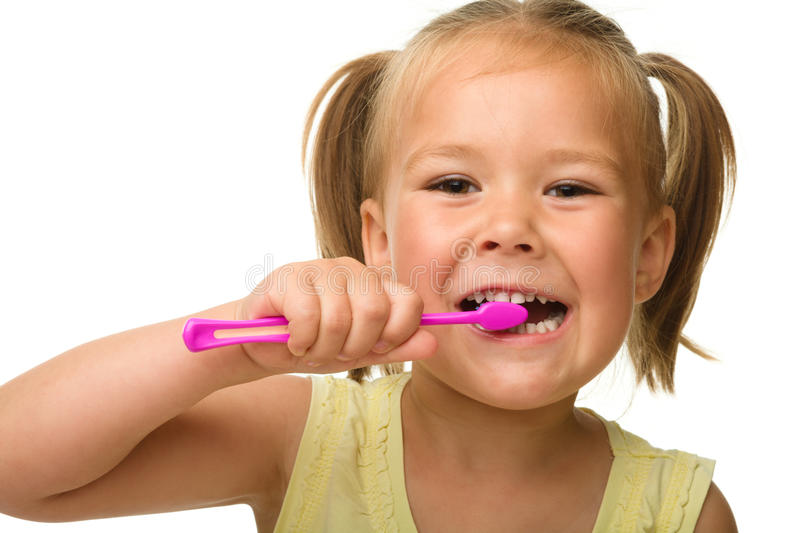 La niña es dientes de la limpieza usando el cepillo de dientes fotografía de archivo