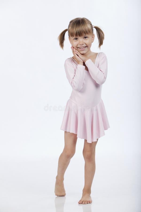 La niña es feliz de conseguir una sorpresa foto de archivo libre de regalías