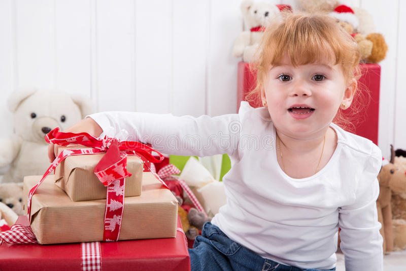 La niña es feliz en la Navidad - Navidad con los niños imagenes de archivo