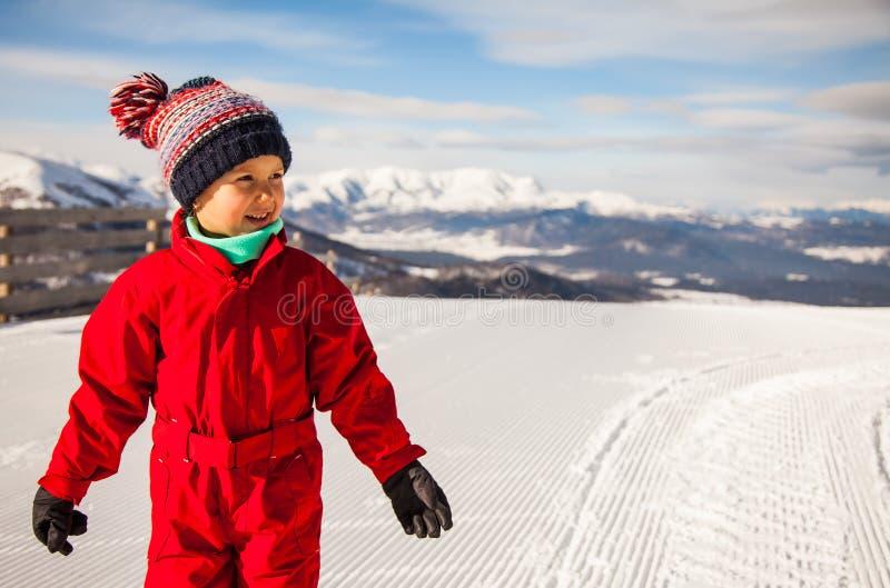 La niña está en el top del soporte de Kokhta en Bakuriani, invierno fotos de archivo libres de regalías