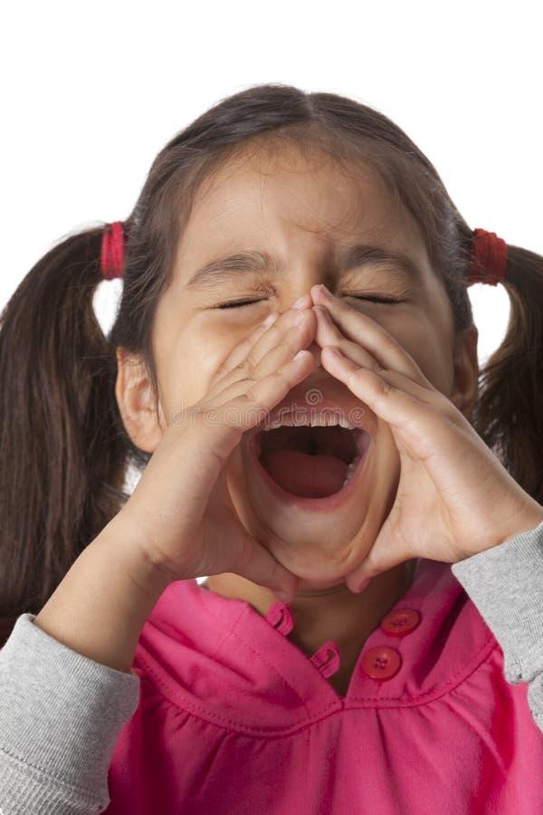 La niña está gritando con sus dedos alrededor fotos de archivo libres de regalías