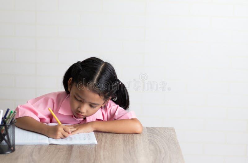 La niña está haciendo la preparación atento imagen de archivo libre de regalías