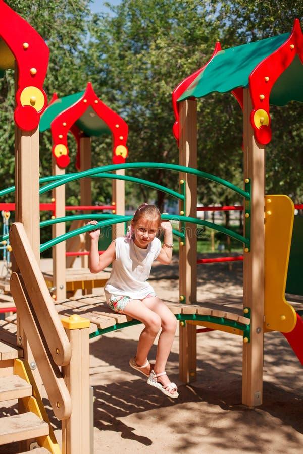 La niña está jugando en el patio fotografía de archivo
