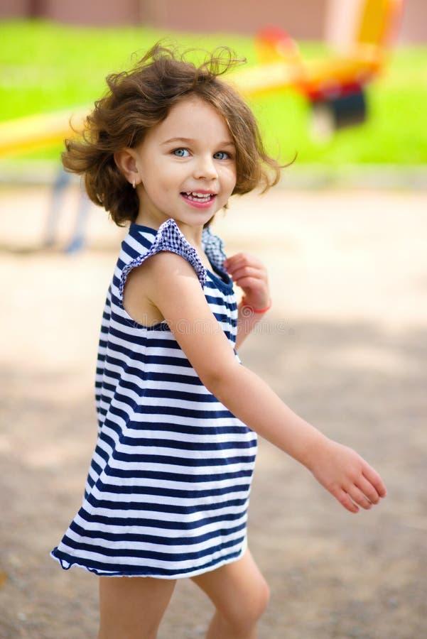 La niña está jugando en patio fotos de archivo