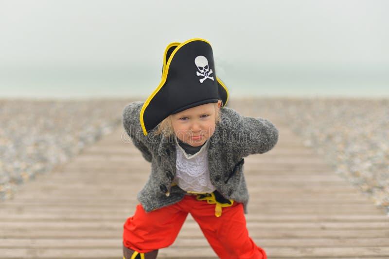 La niña está llevando un traje del pirata imagen de archivo