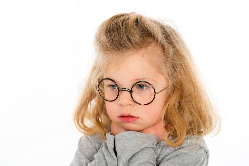La niña está triste imagenes de archivo