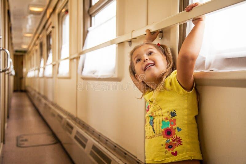 La niña está viajando en tren imagenes de archivo