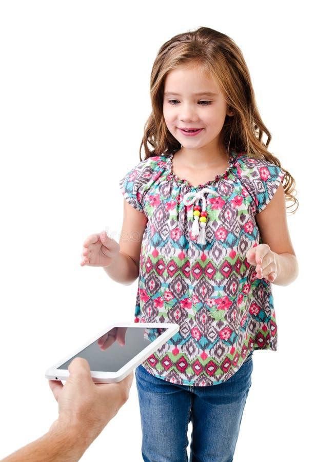 La niña feliz está tomando la PC de la tableta aislada en un blanco imágenes de archivo libres de regalías