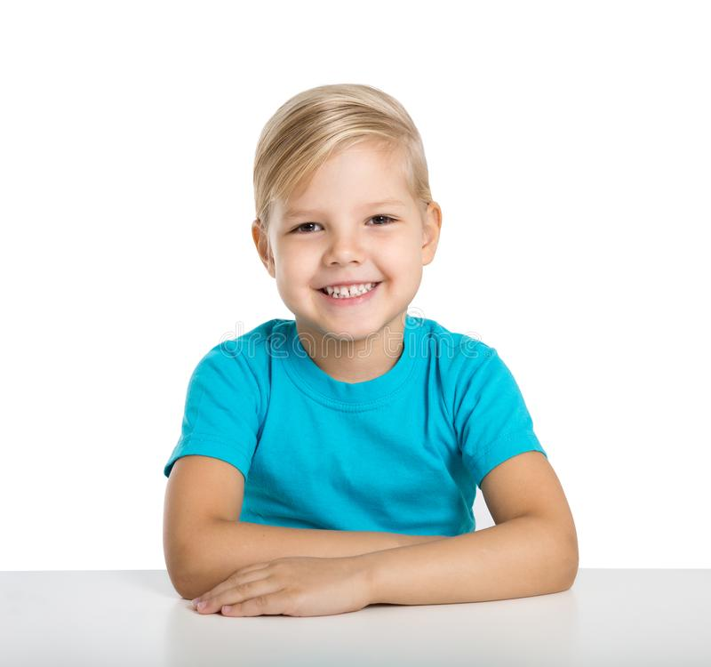 La niña feliz se sienta en un vector y una sonrisa imagen de archivo