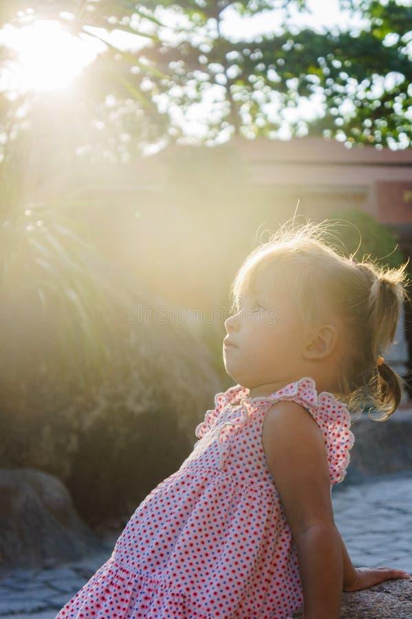 La niña hermosa está sentando en una roca la puesta del sol Torres Ponagar Vietnam fotografía de archivo libre de regalías